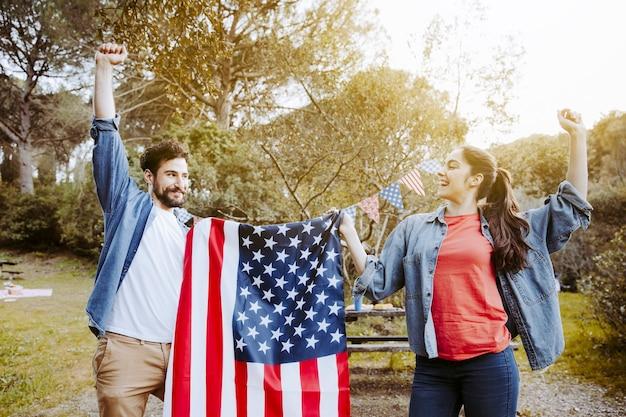 Hombre y mujer sosteniendo la bandera