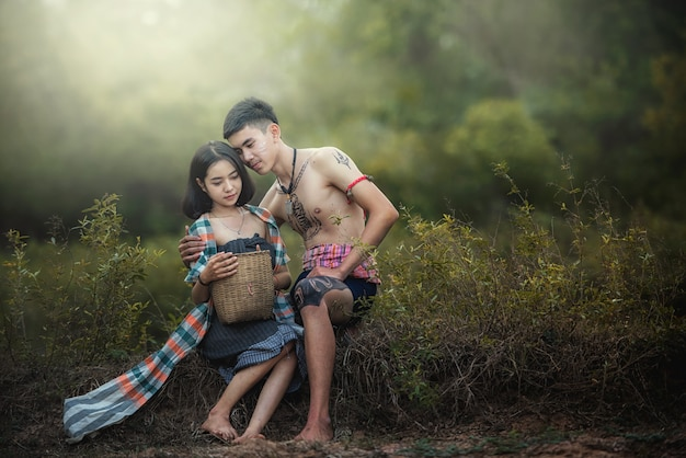Hombre y mujer tailandeses con un vestido típico tailandés, cultura de identidad de tailandia