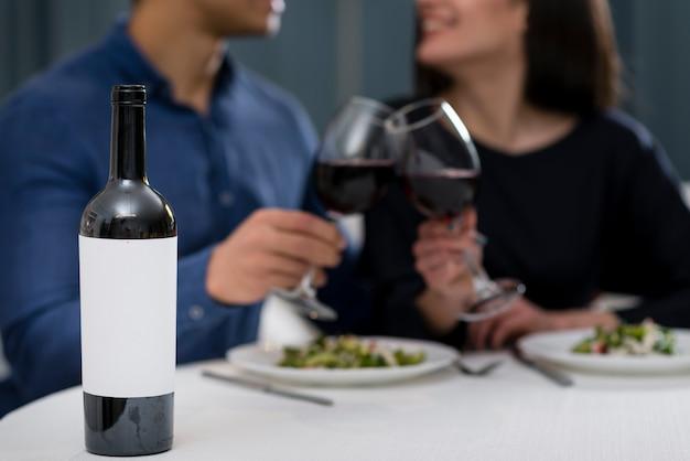 Hombre y mujer teniendo una cena romántica de san valentín juntos