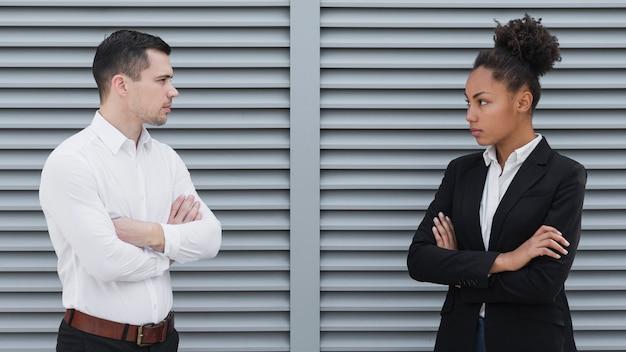 Hombre y mujer teniendo desacuerdo