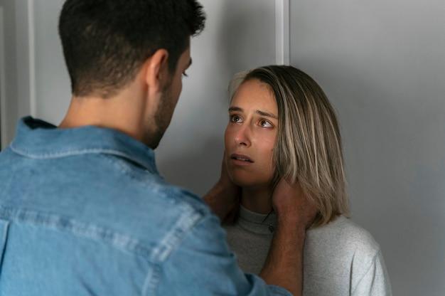 Hombre y mujer, teniendo una pelea