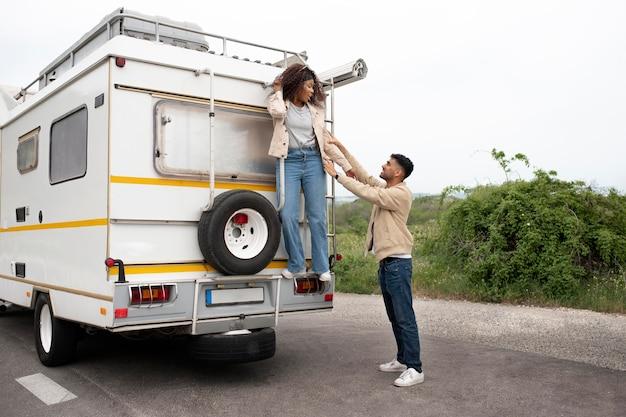 Hombre y mujer de tiro completo al aire libre