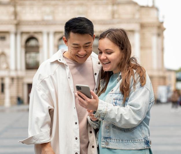 Hombre y mujer de tiro medio con teléfono