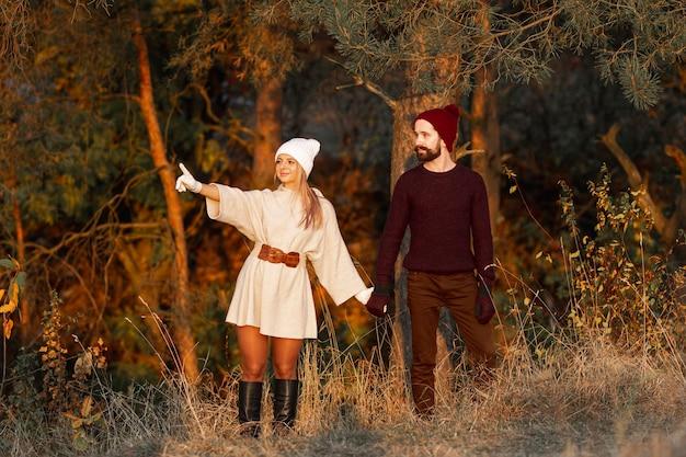 Hombre y mujer tomados de la mano al aire libre