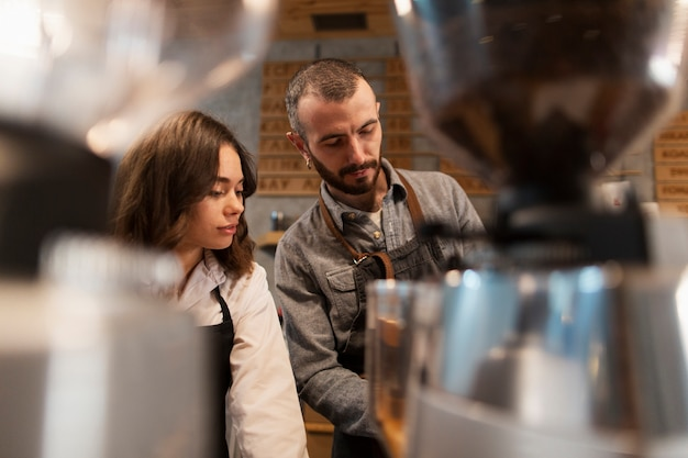Hombre y mujer trabajando en cafetería