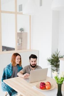 Hombre y mujer trabajando en una computadora portátil
