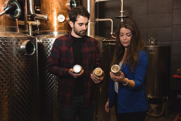 Hombre y mujer trabajando en la fábrica de cerveza