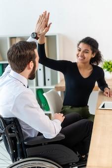 Hombre y mujer trabajando juntos en la oficina