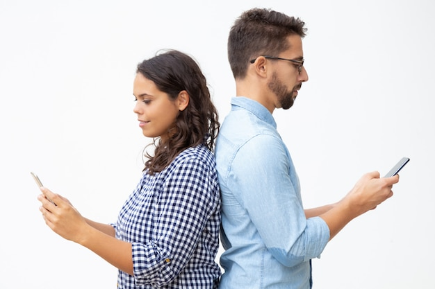 Hombre y mujer usando teléfonos inteligentes