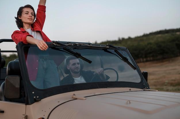 Hombre y mujer viajando juntos en coche
