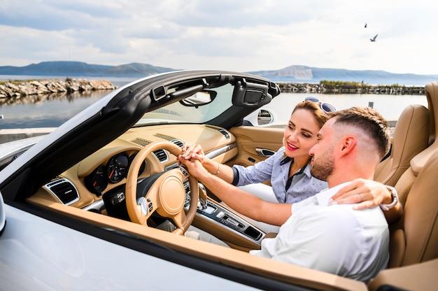 Hombre y mujer en viaje por carretera