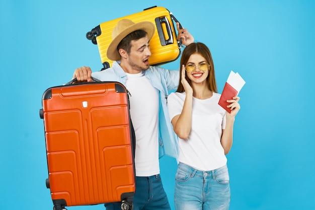 Hombre y mujer viajero con maleta, alegría, pasaporte