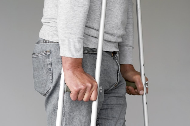 Hombre con muleta. de cerca. vista lateral