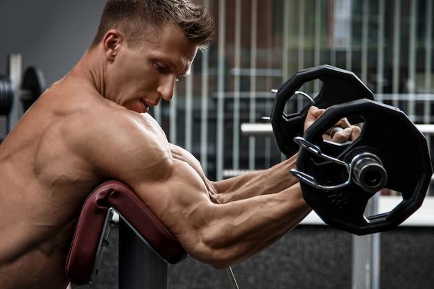 Hombre musculoso entrenando sus brazos