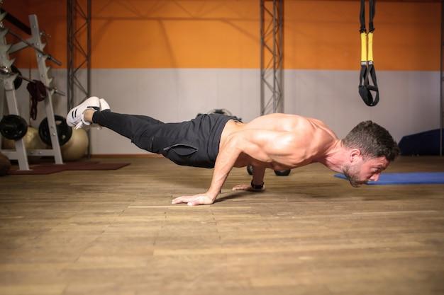 Hombre musculoso fuerte