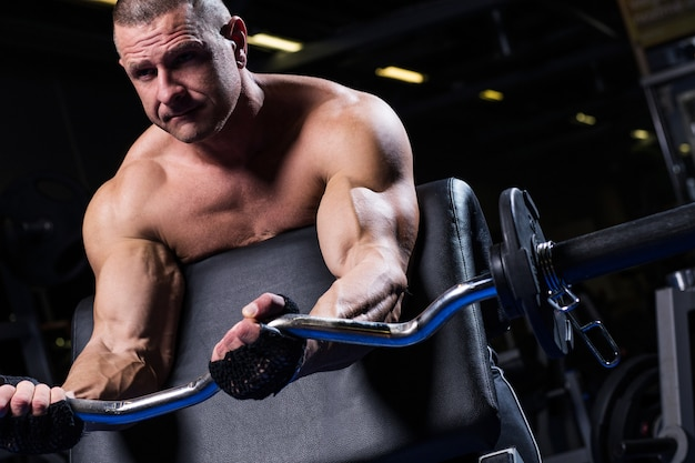 Hombre musculoso en un gimnasio