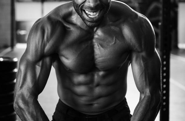 Hombre musculoso en el gimnasio