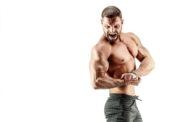 Hombre musculoso gritando
