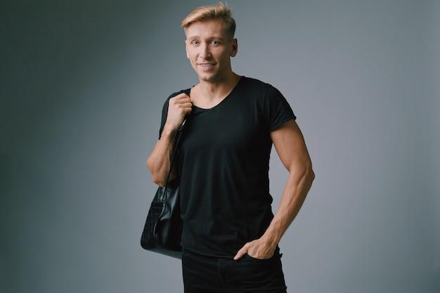 Hombre musculoso guapo posando