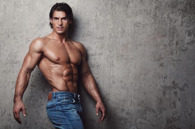 Hombre musculoso guapo