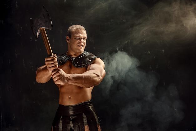 Hombre musculoso con hacha
