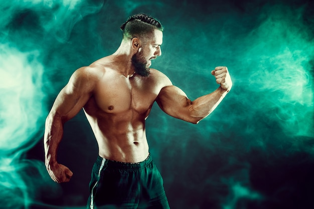 Hombre musculoso posando en el estudio.