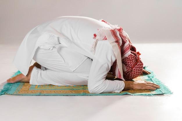 Hombre musulmán arco en reverencia vista frontal