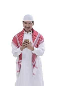 Hombre musulmán asiático joven ora a dios