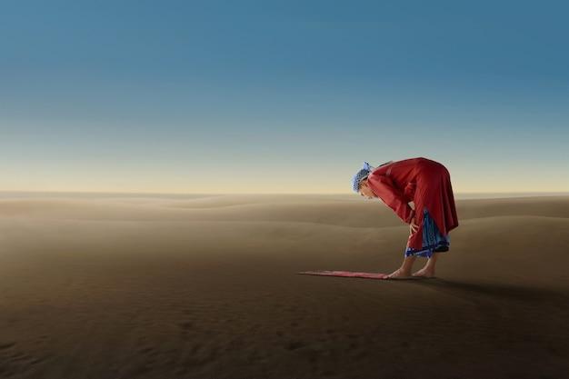 El hombre musulmán asiático mayor ruega a dios