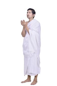 Hombre musulmán asiático religioso con vestido de hajj orar