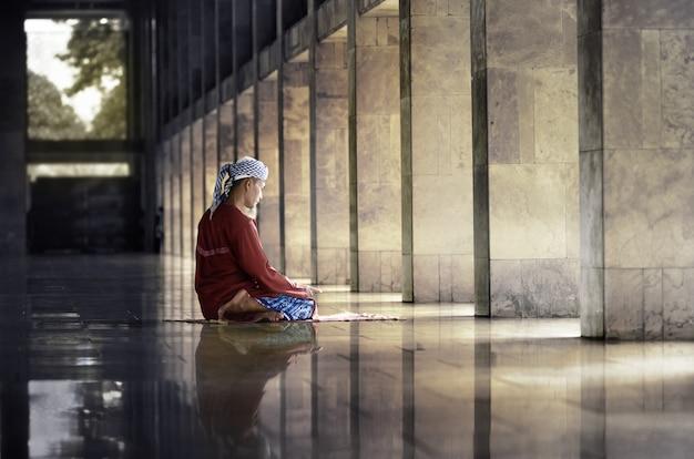 Hombre musulmán religioso orando