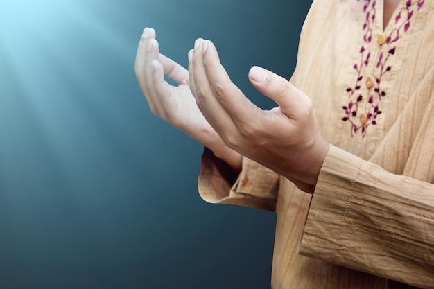 Hombre musulmán reza a dios