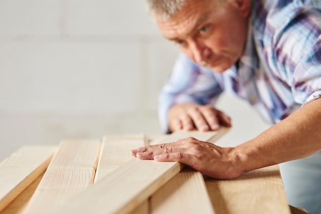 Hombre muy trabajador meausers otros tablones de madera