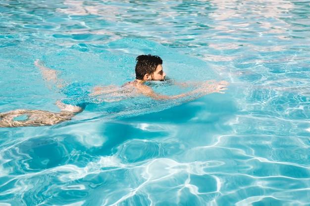 Hombre nadando en piscina