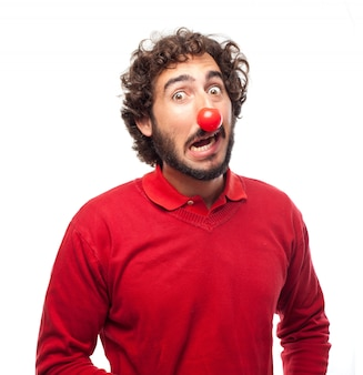 Hombre con una nariz roja falsa