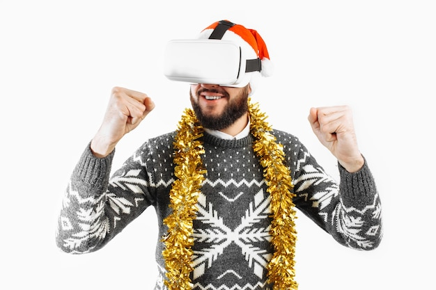 Hombre navidad en gafas gafas de realidad virtual en el estudio sobre un fondo blanco.