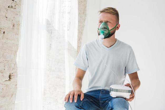 Hombre con nebulizador de asma