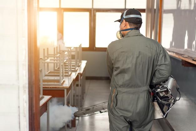 Hombre nebulizando para eliminar el mosquito para prevenir la propagación del dengue