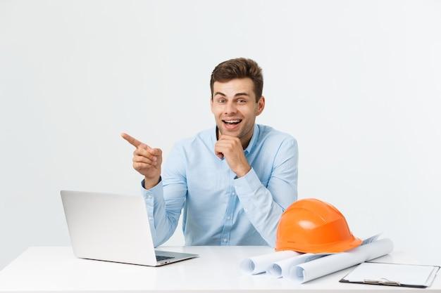 El hombre de negocios se acerca a la idea y la creatividad, cómo triunfar y mejorar. Foto gratis