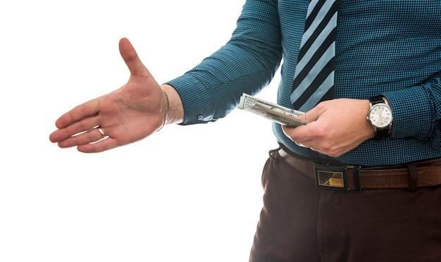 Hombre de negocios acertado que sostiene el dinero en efectivo del dólar americano aislado