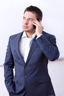 Hombre de negocios acertado que usa el teléfono celular