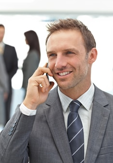 Hombre de negocios acertado en el teléfono durante una reunión