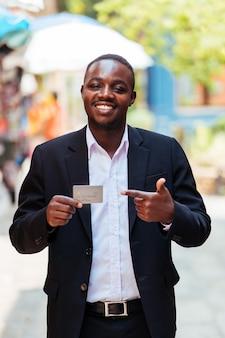 Hombre de negocios africano usando un pago con tarjeta de crédito