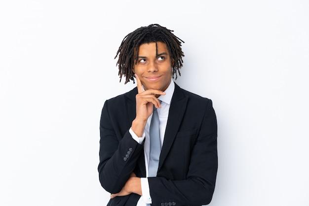 Hombre de negocios africanos sobre blanco