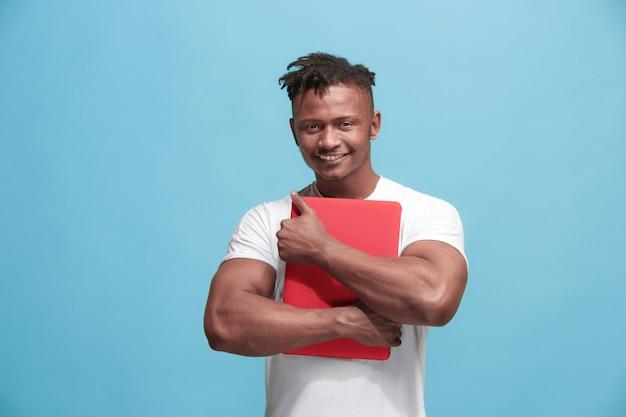 Hombre de negocios afroamericano abrazando portátil