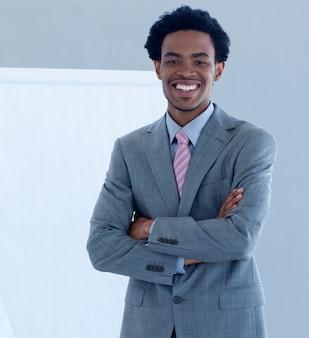 Hombre de negocios afroamericano confiado en una presentación
