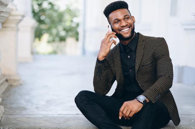 Hombre de negocios afroamericano hablando por teléfono
