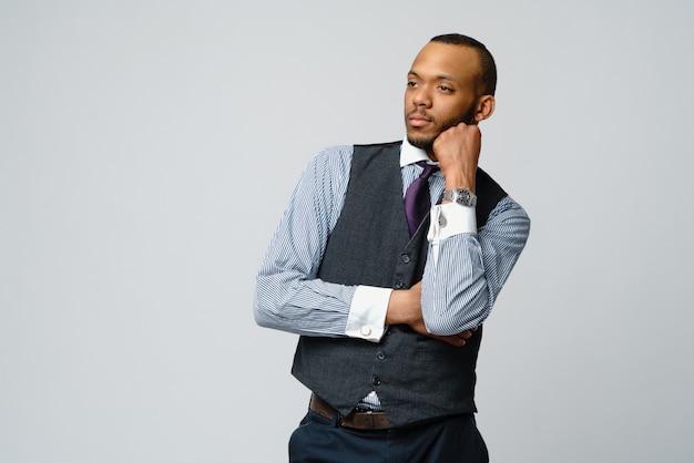 Hombre de negocios afroamericano profesional y preocupado y confundido
