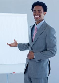 Hombre de negocios afroamericano que informa a cifras de ventas