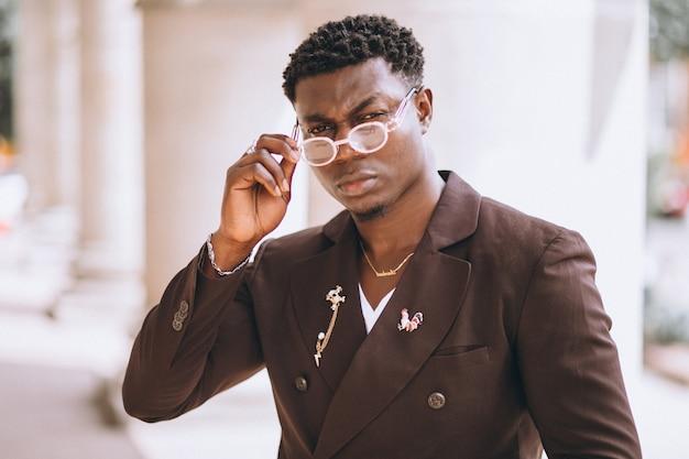 Hombre de negocios afroamericano en traje